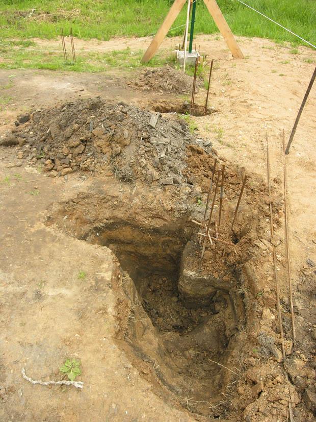 Выкапываем бетонный столб