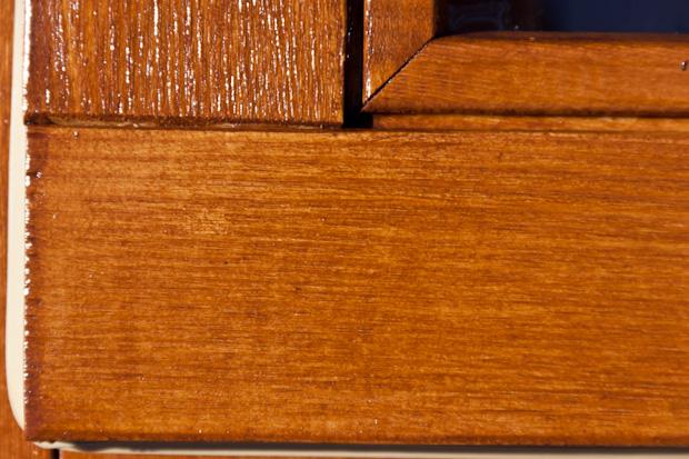 Окна из лиственницы покрыты антисептиком и яхтенным лаком