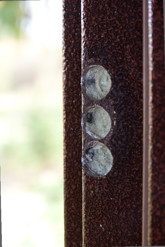 косяк металлической двери