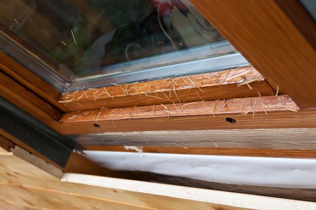 сливные отверстия у окна