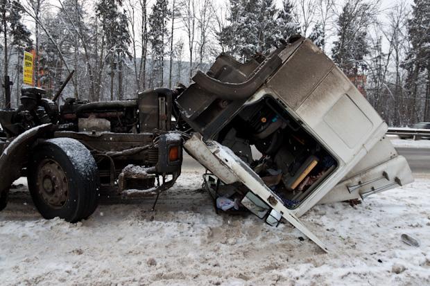 у грузовика откинулась кабина