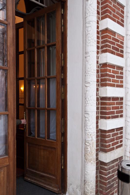 Большая дверь в оперный дворец