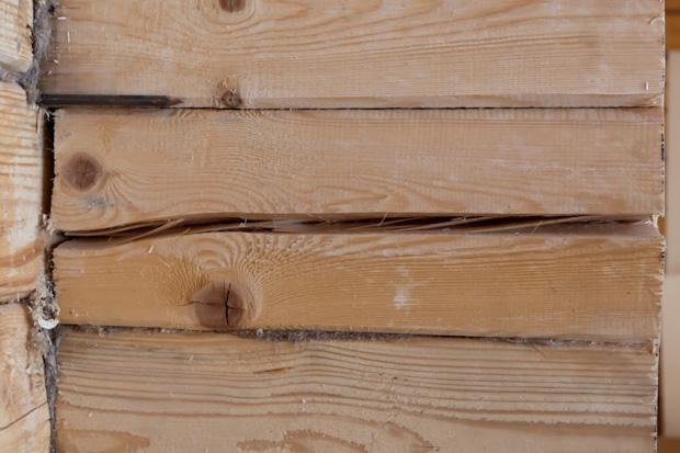 Трещина в стене из бруса