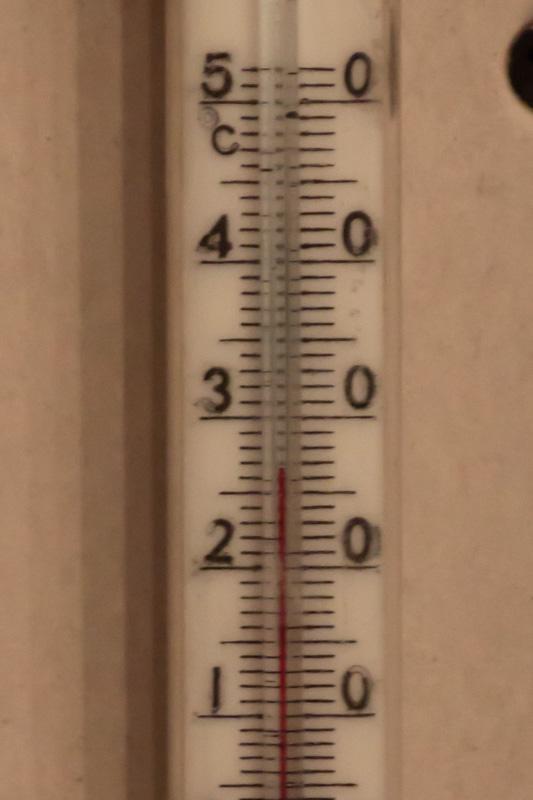 27 градусов на уровне подоконника