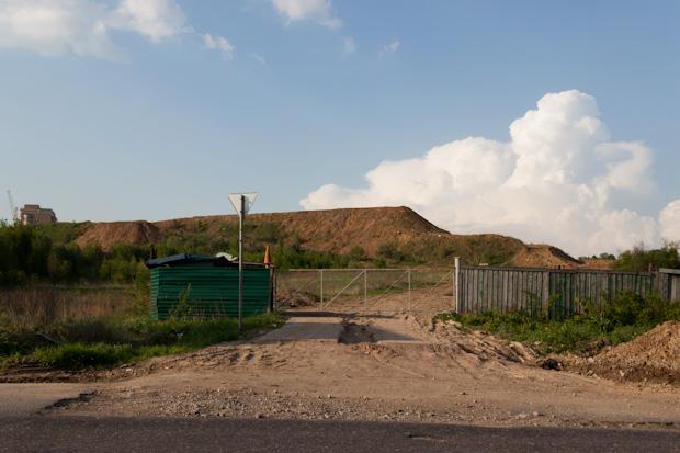 куча земли у Новосходненского шоссе