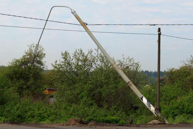 столб повис на проводах