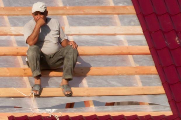 строитель на крыше