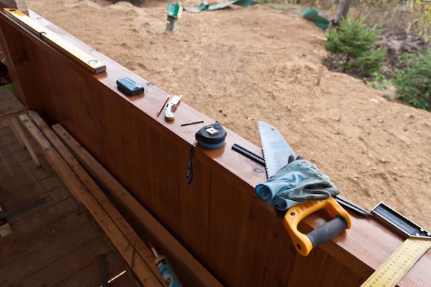 инструменты на подоконнике