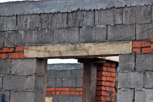 оконная перемычка из деревянного бруса