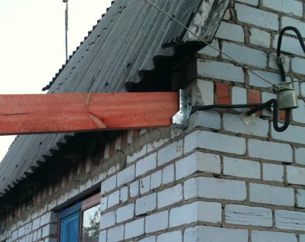 крепление стропилы навеса к стене