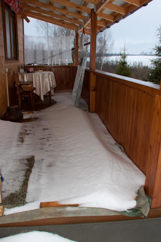 веранду занесло снегом