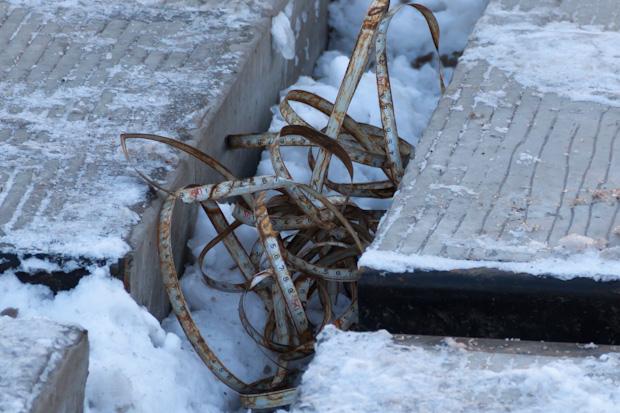 ржавый уровень валяется на снегу