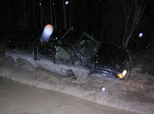 джип завяз в грязи