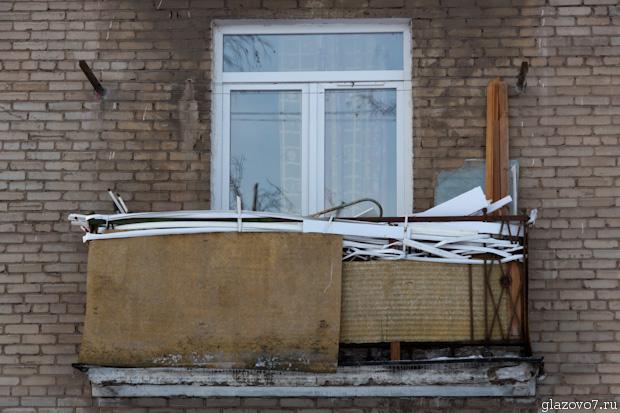 балкон завален мусором