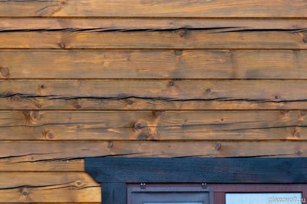 стена из бруса покрыта антисептиком
