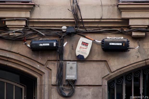 Барселона. Монтаж коммуникаций на стене дома