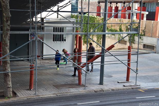 Барселона. Защита стоек лесов гофрированными трубами