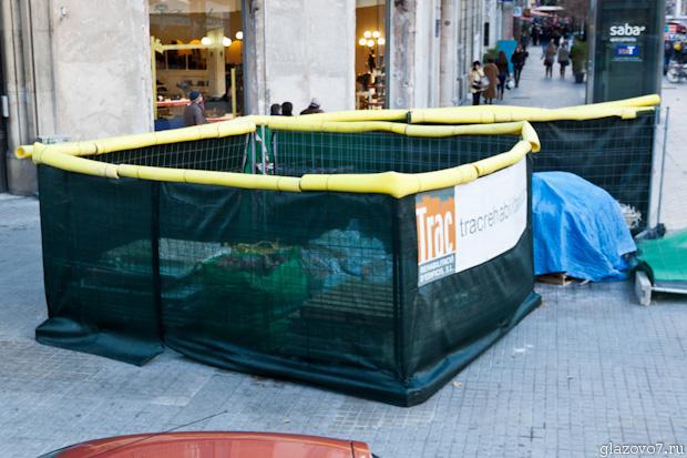 Ограждение строительных материалов в центре Барселоны