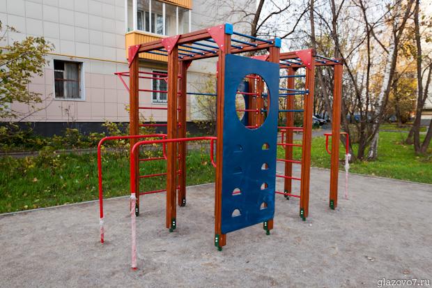 Суровая детская площадка