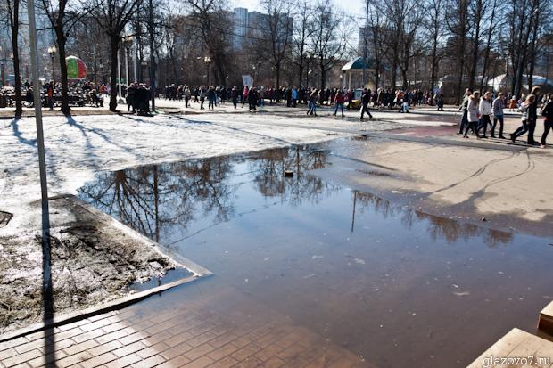 затопило тропинку в парке Сокольники