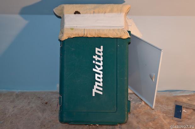 прижал чемоданом люк