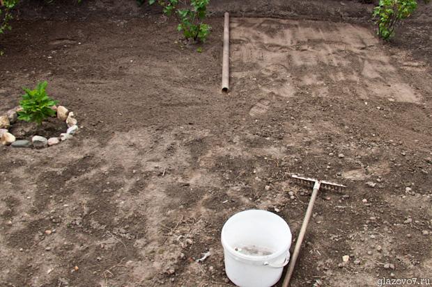 ровняю землю для газона