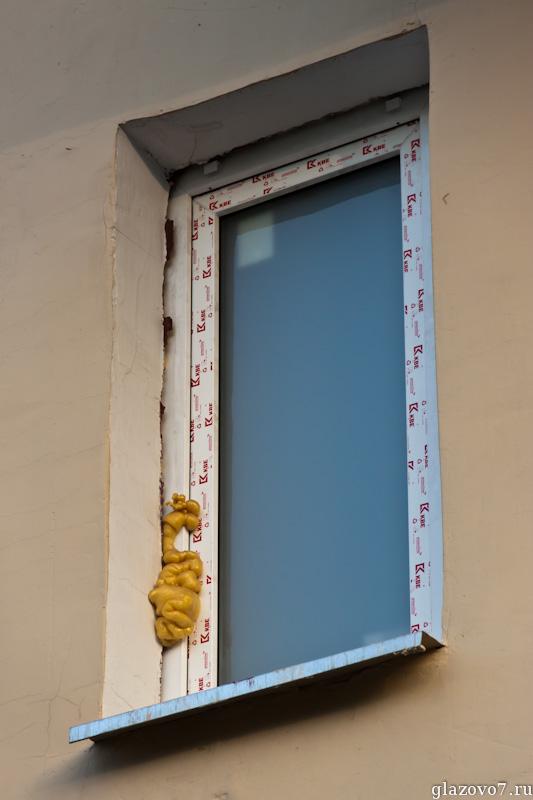 окно. вылезла пена