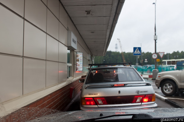 навес от дождя в Макдональдсе