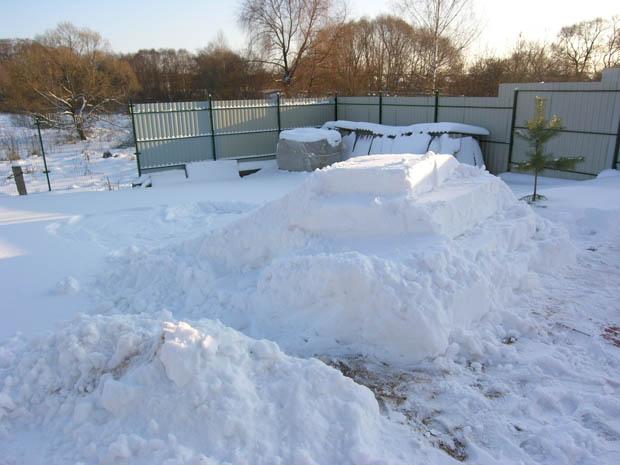 Горка из снега