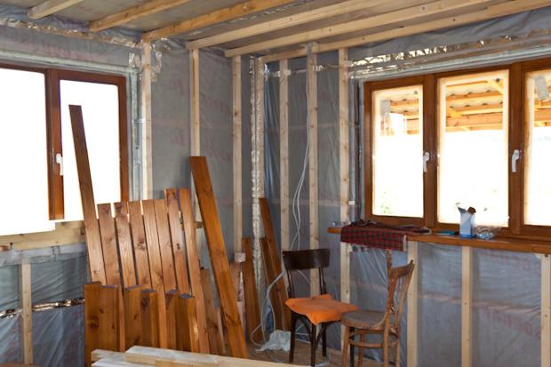 Большие окна в домике