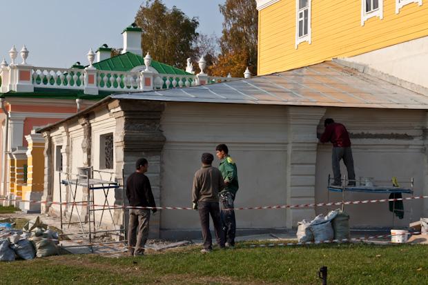 гастарбайтеры ремонтируют усадьбу Кусково