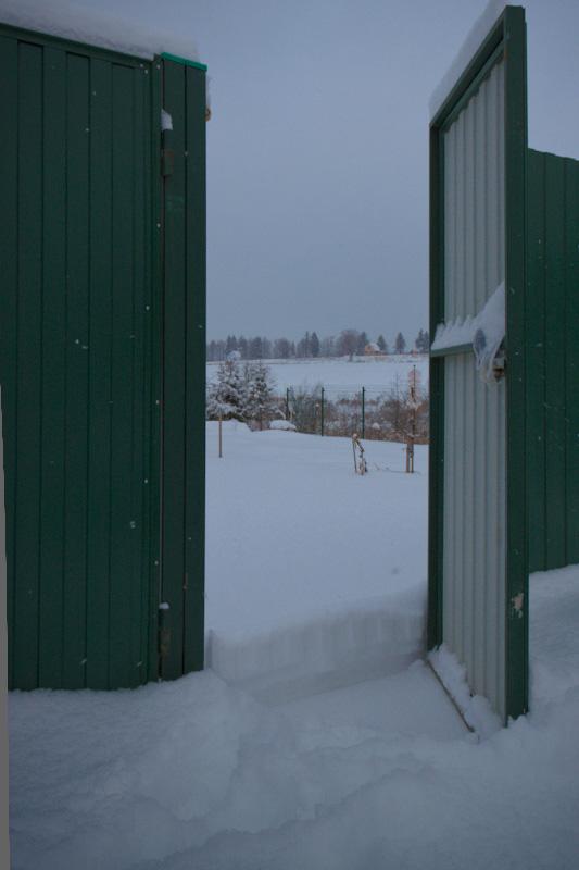 За колиткой снежная целина