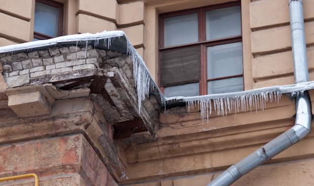 сосульки сорвали фасад