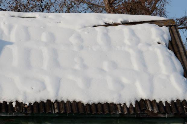 Тает снег на шиферной крыше