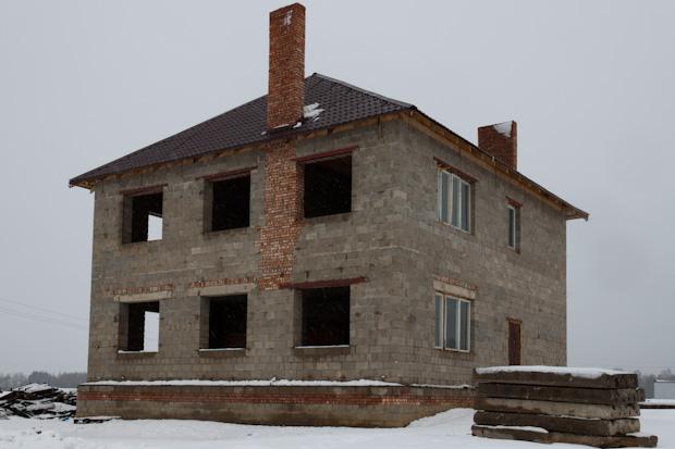 каменный дом с двумя трубами