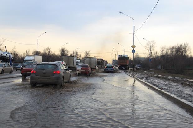 затопило дорогу под мостом на Шереметьево