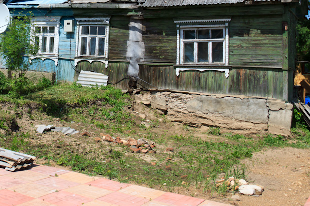 газон перед старым домом