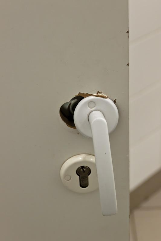 сломанная ручка в мужском туалете Леруа-Мерлин