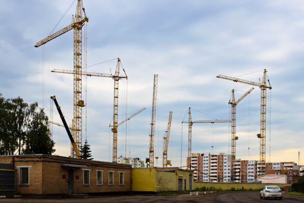 застройка микрорайона, строительные краны