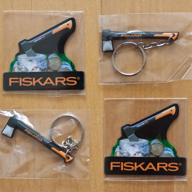 магнитик на холодильник и брелок от Fiskars