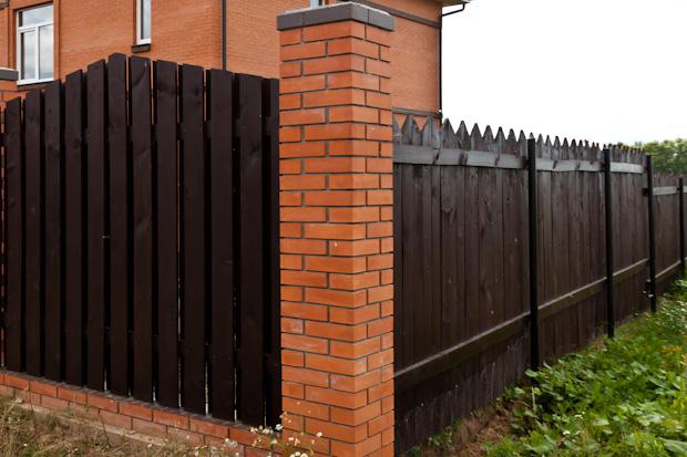 забор,кирпичный столб