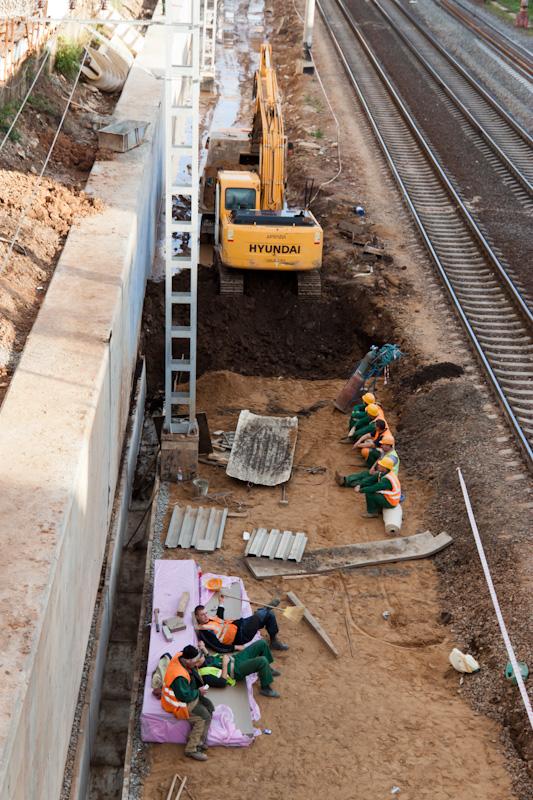 В районе Петровско-Разумовской идёт строительство дренажного канала вдоль железной дороги