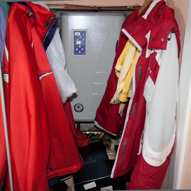 электрический котёл в гардеробном шкафу