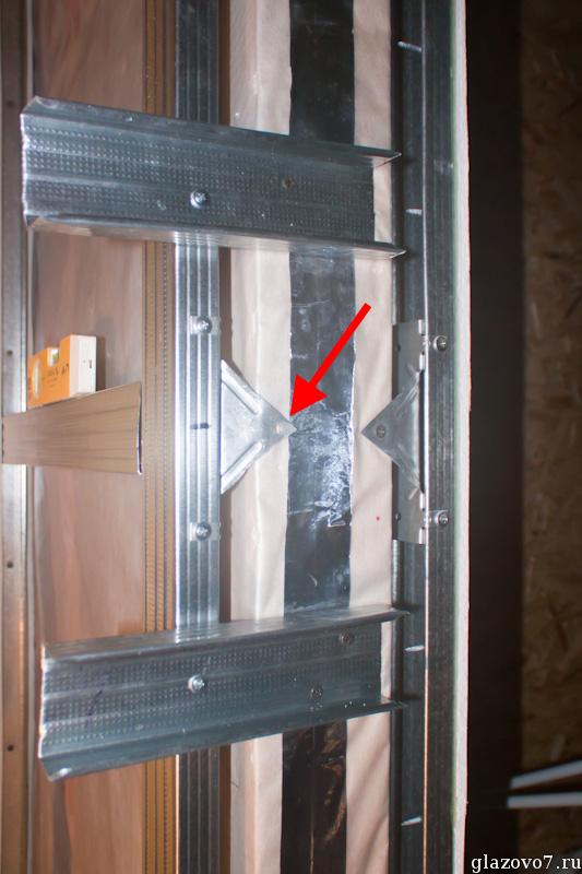 У дверного проёма крайний профиль фиксирую обрезанным крабиком