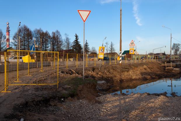 В Пешках строят надземный переход