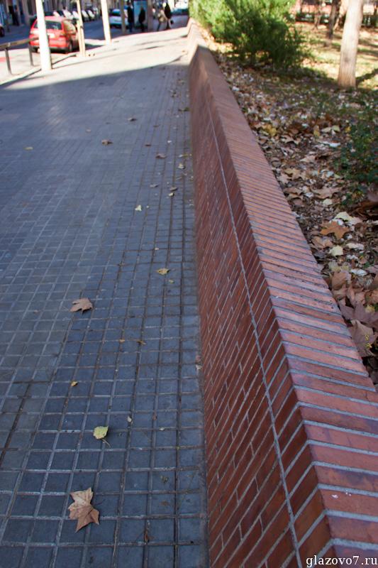 Барселона. Наклонная опорная стенка
