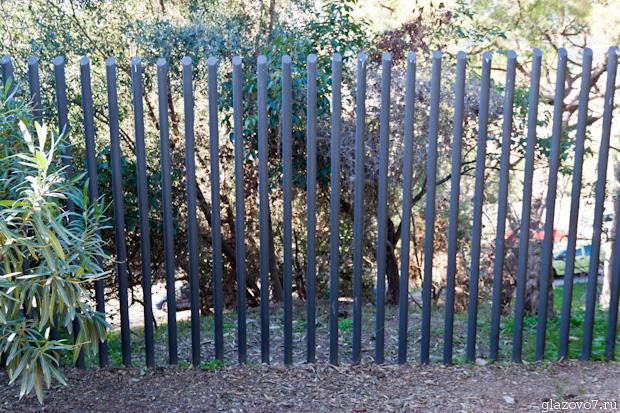 Барселона. Забор из металлических трубок, без перекладин!