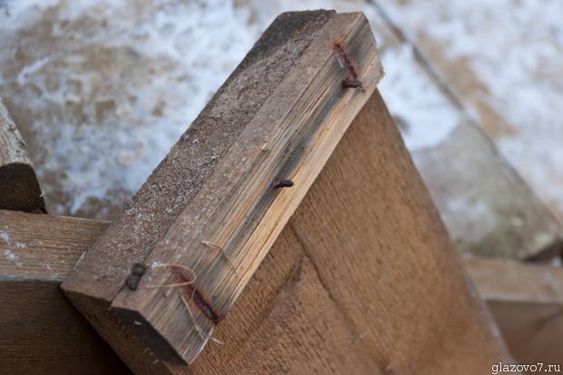 гвозди раскололи древесину