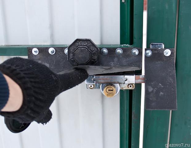 дверная щеколда укрыта от осадков