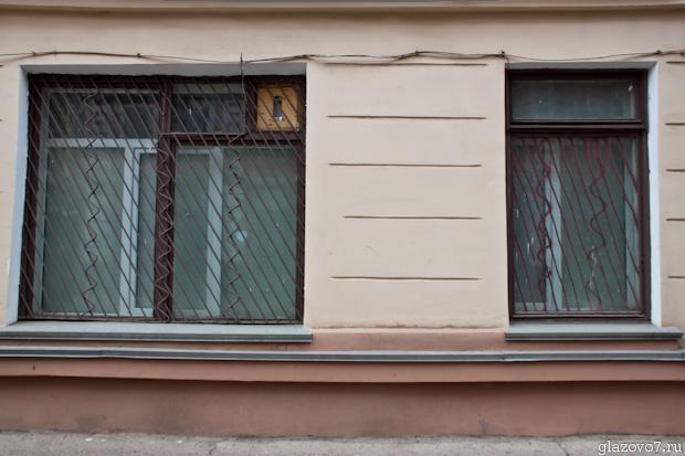 нарисуйте мне решётки на окнах